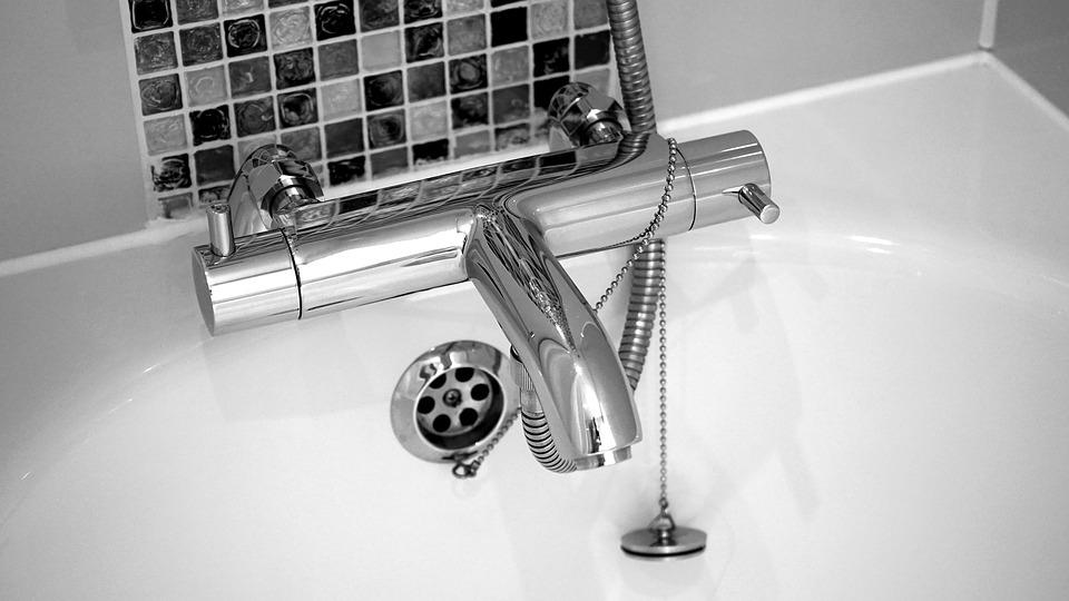 Quieres ahorrar en tu factura del agua. Cambia tu bañera por un plato de ducha con Reformas Rober