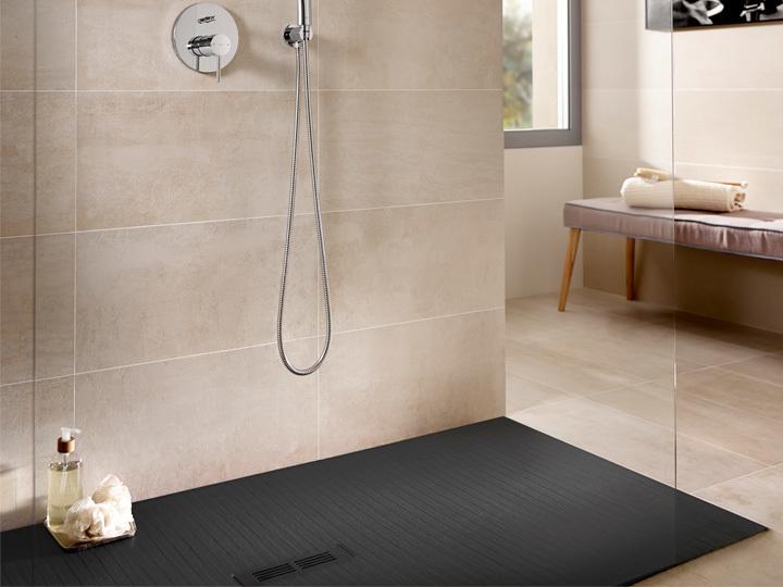 Reforma tu baño sustituyendo la bañera por un plato de ducha.