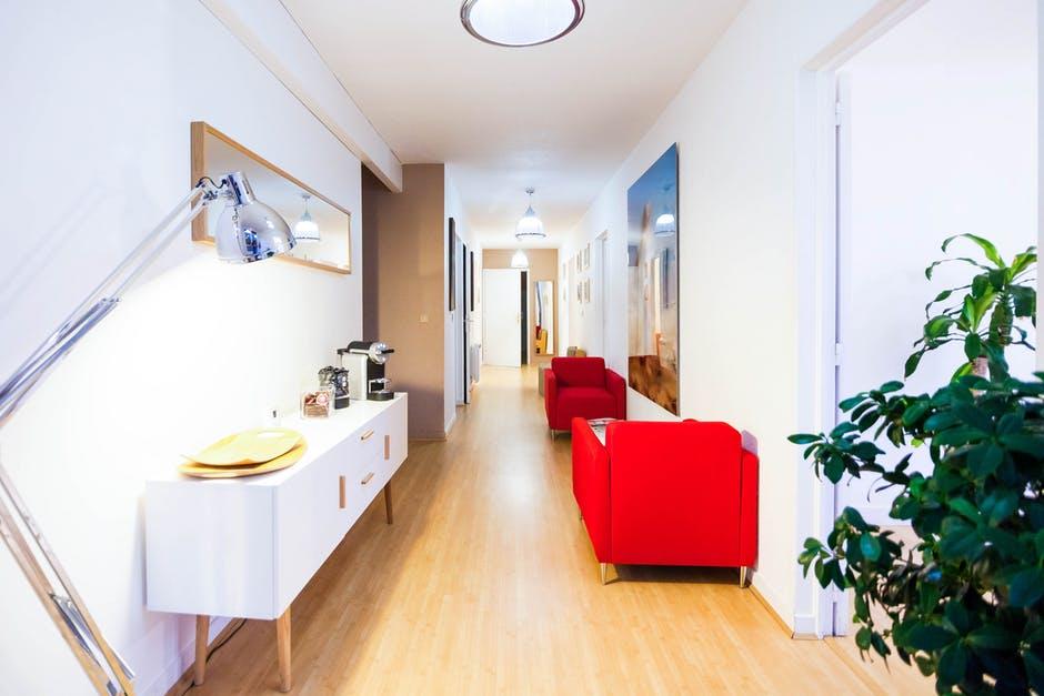 El estilo nórdico de decoración es uno de los más utilizados. Destaca el uso de colores blancos, la madera, el toque de color mediante los muebles y accesorios, las líneas rectas y las suaves curvas en el diseño de los muebles...En Reformas Rober te ayudamos a hacer la reforma de tu casa con este estilo de decoración